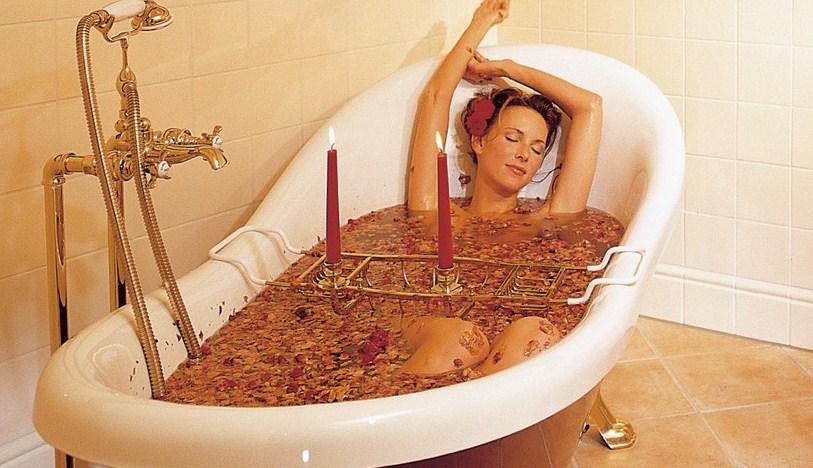 un bain aux huiles essentielles pour vite trouver le sommeil ensemble literie. Black Bedroom Furniture Sets. Home Design Ideas